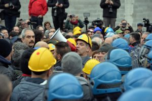 Ilva: Genova, manifestanti e polizia si fronteggiano