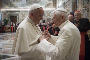 Papa: abbraccia Ratzinger per anniversario sacerdozio