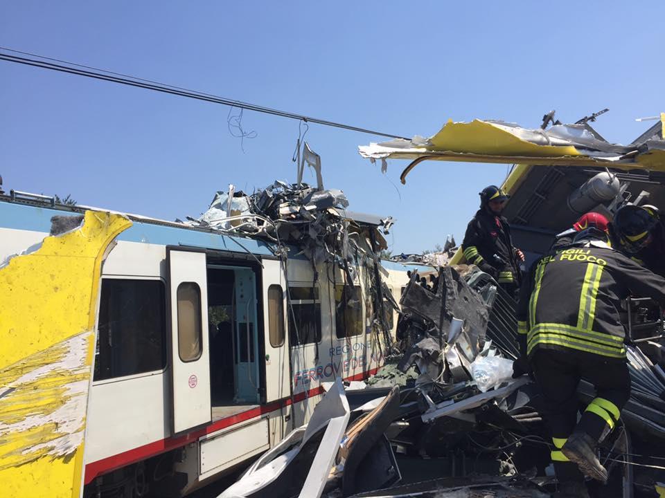 Scontro frontale tra due treni in Puglia