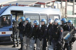 Polizia anti sommossa cariche g8 genova